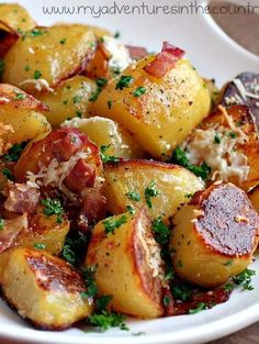 Crispy and Creamy Oven Roasted Potatoes with Bacon, Garlic and Parmesan. Crispy Oven Potatoes, Garlic Parmesan Roasted Potatoes, Greek Roasted Potatoes, Skillet Potatoes, Oven Roasted Vegetables, Roasted Vegetable Recipes, Roasted Potato Recipes, Parsley Recipes, Parmesan Recipes