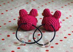 花&木製釦付赤ニット帽子のウサギヘアゴム2個set 2x