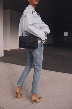 Light wash jeans with denim jacket and nude heels lighting Spring Outfits With Jeans I Love Fashion, Denim Fashion, Fashion Outfits, Womens Fashion, Fashion Trends, Travel Outfits, Fashion Clothes, Fashion Fashion, High Fashion