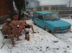 Vejam só, o Selvino, Anderson e Daniel tiraram fotografia só de bermuda e chinelo na neve em Caxias do Sul, devem ter passado muito frio o.0