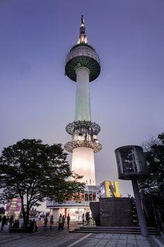 Namsan Torre, Seul. En tiempos remotos (1895)   fue parte de un sistema de comunicación de emergencia  hasta 1895.    Actualmente es un sitio de recreación y de sistemas de comunicación.