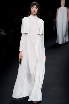Valentino Official Website - Discover the Valentino Women From The Catwalk Collection. Watch the Fashion Show, Accessories and much more. Fashion Week, Look Fashion, Fashion Details, Runway Fashion, Fashion Show, Fashion Design, Fashion Trends, Fall Fashion, Modern Fashion