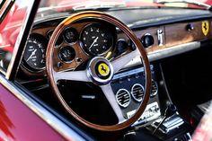 Photographie d'un volant d'une Ferrari 330 GTC