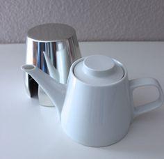 Melitta Teekanne, Isolierkanne, Thermoskanne, Mid Century Germany  Diese schöne Vintage Melitta Teekanne/ Isolierkanne hat eine abnehmbare Thermohaube (Warmhaltehaube) aus Aluminium mit blauer Filzeinlage. In dieser Form eher selten zu bekommen. Der Klassiker aus den 50er Jahren. Hersteller: Melitta | Germany  Material: Porzellan Isolierhülle: Aluminium Maße: Höhe: 12,5 cm | 4.92 inch Fassungsvermögen: 1000 ml  Gewicht: 652 gr  Sehr guter Vintage-Zustand: Das Porzellan ist ohne Risse un...