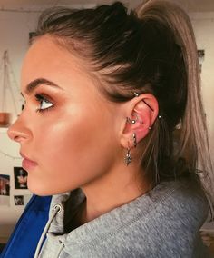 Trending Ear Piercing ideas for women. Ear Piercing Ideas and Piercing Unique Ear. Ear piercings can make you look totally different from the rest. Innenohr Piercing, Tattoo Und Piercing, Ear Piercings Helix, Helix Ear, Smiley Piercing, Tongue Piercings, Cartilage Hoop, Daith Piercing Migraine, Cartilage Earrings