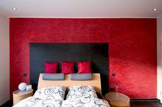 Raumgestaltung Schlafzimmer mit leuchtendem Rot und Kreativtechniken durch die Uwe Walter Malerhandwerk GmbH in Dortmund (44269) | Maler.org