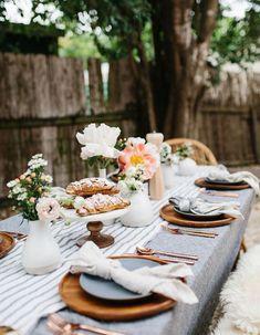 Une décoration de table d'été tendance qui mixe le cuivre, le lin et le bois