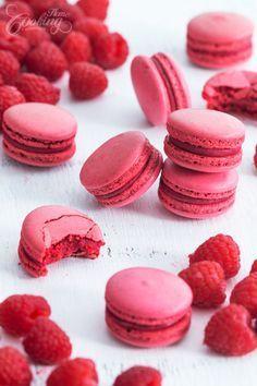 Raspberry Macarons - Italian Meringue :: Home Cooking Adventure Macaron Fimo, Macaron Cake, Macaroon Cookies, Shortbread Cookies, Baking Recipes, Cookie Recipes, Dessert Recipes, Macaroon Filling, Raspberry Filling