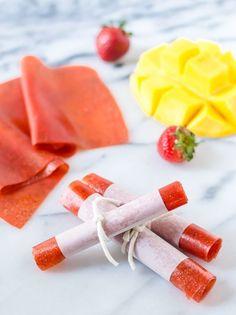 """<p>Das Kind in Ihnen wird von <a href=""""http://www.wellplated.com/strawberry-mango-fruit-leather/#_a5y_p=3339237"""">diesen supergesunden Frucht-Rollen</a> begeistert sein. Sie können sie aus beliebigen Obstsorten herstellen: Erdbeeren, Heidelbeeren, Mangos oder Wassermelonen. Pürieren Sie einfach das Obst (geben Sie nach Geschmack etwas Zucker dazu) und streichen Sie die Masse dünn auf ein Backblech. Lassen Sie die Fruchtmasse nach dem Backen abkühlen, schneiden Sie es in Streifen und rollen…"""