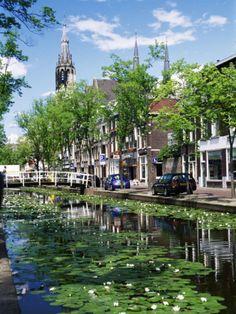 El canal de #Delft va hasta el río Maas y data del s. XV. http://www.viajaraamsterdam.com/ciudades-para-visitar/delft/ #viajar #Holanda