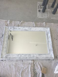 White And Gold Bathroom Accessories White Chalk Paint, Painting Furniture Diy, Diy Spray Paint, Gray Bathroom Accessories, Chalk Paint Mirror, Old Mirrors, Bathroom Design Gallery, Painted Mirror Diy, Mirror Painting