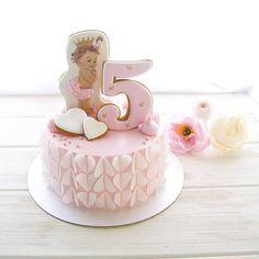 Нежный и воздушный тортик для малышки на 5 месяцев  Внутри ванильно--вишневый. Обрамление сердечками из вафельной бумаги.  Арамаис @aramais_lilit огромное спасибо за заказ #cake#cakes#sweet#instafood#instadaily#instacake#cakestagram#cakedesign#cakeporm#yummy#delicious#show_me_your_food#foodporn#foodstagram#foodpics#foodstagram#gdetort#bakery#cake_russia_news#vscorussia#vscocam#vscogood#vscodaily#vscobest#vscofood#vscomade#дляhomebakedru#тортыназаказсимферополь#имбирныепряники