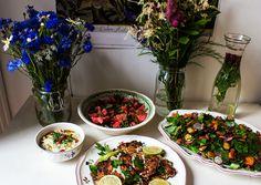 Hirsetaler mit Cranberries, Belugalinsen, Feta und Avocado-Dip, Salat mit Granatapfel, Mandeln und gegrillten Zucchini sowie einen Wassermel...