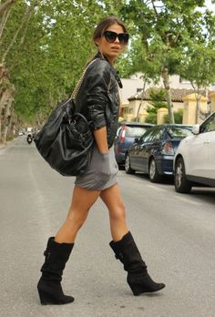 Grey dress, boots and leather. Passion For Fashion, Love Fashion, Womens Fashion, Fashion News, Fashion Design, Winter Looks, New Look Boots, Dress With Boots, Skirt Boots