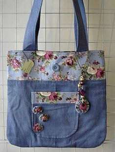 Unusual purses with old jeans- Bolsas inusitadas com calça jeans velha Unusual purses with old jeans Denim Patchwork, Patchwork Bags, Denim Quilts, Jean Purses, Purses And Bags, Making Fabric Flowers, Crocheted Flowers, Flower Making, Sewing Jeans