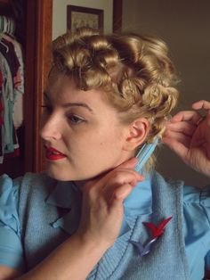 Vintage Hairstyles Curls Tutorial: A Marilyn Pin Curl Set - Va-Voom Vintage 1940s Hairstyles Short, Curled Hairstyles, Diy Hairstyles, Short Haircuts, Hairstyle Ideas, Medium Hair Styles, Short Hair Styles, Pin Up Hair, Pin Curls Short Hair