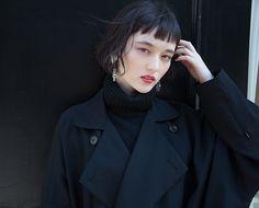 アンニュイウエーブなこのボブスタイル。 このモデルさんはクセを活かしたスタイリングですが、直毛の方は 少しねじりながらカールパーマをかけるとニュアンスが出ます。 冬のコートにも似合...