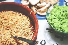 Till middag bjöds det på bönspaghetti, kycklingfilé och ärthummus. Ni måste ju testa ärthummusen! Mixa 500g ärtor med 100 g philadelphia, 3 klyftor vitlök och massa basilika. Smaka av med salt och svartpeppar - klart. Helt magiskt.