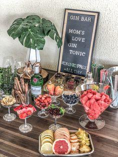 Gin and tonic bar Gin Tonic, Diy Wedding Food, Gin Tasting, Gin Bar, Vodka Bar, Food Platters, Partys, Bar Drinks, Party Planning