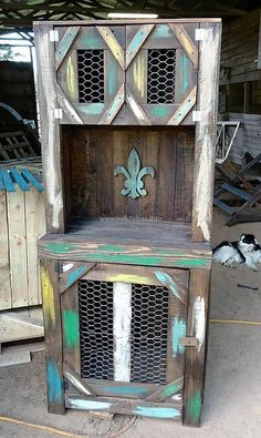 The pets are lovely and they should be treated with care, so here we have an idea for the hens and chickens in the home. This wooden pallet chicken coop is great for providing a specific place to the chicken to relax.