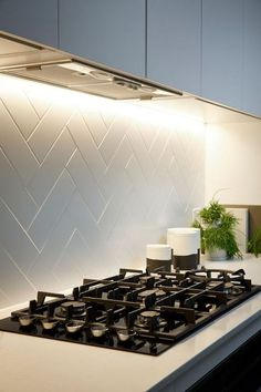 + Ideas for Stylish Subway Tile Kitchen Backsplash Designs hob with a black surface, inbuilt in a white counter top, with a white herringbone backsplash, pale grey kitchen cabinets Backsplash Arabesque, Backsplash For White Cabinets, Herringbone Backsplash, Kitchen Backsplash, Kitchen Countertops, Diy Kitchen, Kitchen Cabinets, Backsplash Ideas, Backsplash Design