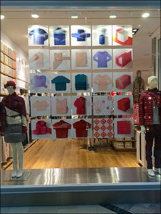 Stand still and this UNIQLO Lenticular Shape Shift window presentation makes its statement. Street Marketing, Guerilla Marketing, Exhibition Booth Design, Exhibition Stands, Exhibit Design, Fashion Window Display, Window Displays, Print Advertising, Advertising Campaign