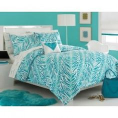 Would love another turquoise room. Love the roxy bedspread!