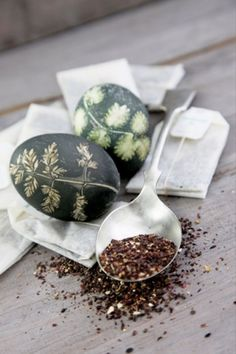 Ziołowe pisanki - Easter eggs colored with herbs Vernal Equinox, Egg Dye, Easter Traditions, Coloring Easter Eggs, Slow Food, Egg Decorating, Tea Time, Flora, Treats