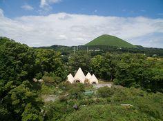 Construídas pelo arquiteto japonês Issei Suma, essas cinco cabanas servem de apoio para a comunidade de Shizouka. Construído no topo de um cume pertencente à prefeitura, opequeno complexo serve co…