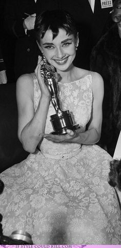 Audrey Hepburn wears the lace dress designed by Edith Head to collect the Best Actress Oscar for Roman Holiday in 1954 Audrey Hepburn Oscar, Audrey Hepburn Pixie, Audrey Hepburn Outfit, Audrey Tautou, Katharine Hepburn, Audrey Hepburn Photos, Audrey Hepburn Givenchy, Aubrey Hepburn, Tilda Swinton