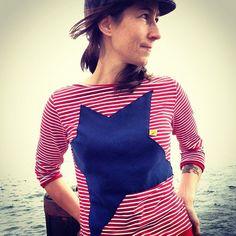 - Shirt mit aufgenähtem dunkelblauen Stern aus dünnem geschnittenen Bündchenstrick (nicht umgenäht) mit gelben Webetikett  -breiter Halsauschnitt (Raw