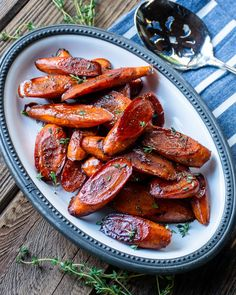 Balsamic Glazed Roasted Carrots - Carrots are often over-looked as a vegetable, but you won't over-look these balsamic glazed carrots! This delicious side dish has only 5 ingredients and is super easy to prepare. Bean Recipes, Chef Recipes, Side Dish Recipes, Cooking Recipes, Kitchen Recipes, Vegetarian Recipes, Balsamic Glazed Carrots, Glazed Vegetables, Lunches