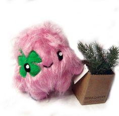 Kleine  Fluse  Zottelchen Kuschelmonster Lucky in Rosa mit Kleeblatt, aus hochwertigem Kuschel -Plüsch,Fell-Imitat   ! Einzelstück!Unikat! Nach eig...