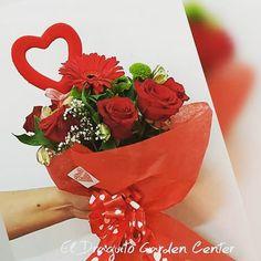 Rosas Rojas, Gerberas y un mensaje de Amor.