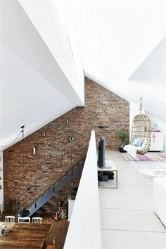 Mattoni e intonaco bianco per questa casa open space