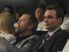 Dr. House x Wilson: uma relação de amor e ódio; veja tudo que o médico já aprontou com o amigo! http://r7.com/bb1C