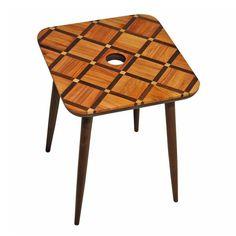 Mesa lateral Petit Parquet B, tampo produzido com reuso de parquets de madeira nobres maciças como imbuia, pau-marfim, cedro e jacarandá. Coleção limitada.