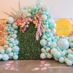 Balloons are the epitome of parties and we're loving the balloon garland trend right now. Check out these 16 Balloon Garland Party Ideas for your next party 16 Balloons, Balloon Backdrop, Balloon Wall, Balloon Garland, Balloon Decorations, Balloon Flowers, Confetti Balloons, 100 Day Celebration, Balloon Arrangements