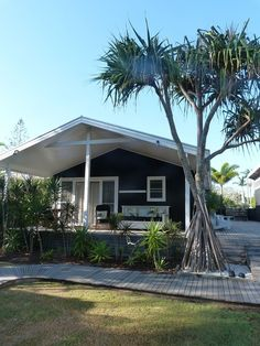 beachcomber atlantic guesthouses byron bay- haven't stayed here but it looks cool Surf Shack, Beach Shack, Patio, Backyard, Dream Beach Houses, Beach Cottage Style, Cottage Exterior, Beach Bungalows, Chula