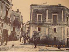 """Una vecchissima foto di porta Sant'Angelo, la principale sulla via per Taranto.Le altre due sono porta S.Giorgio (o Castello) e porta S. Antonio. Quanta umanità e calore su quella strada dissestata su cui e' posata una """"minzana""""! Fu Alfonso Pignatelli, già primo sindaco e parlamentare, a..."""