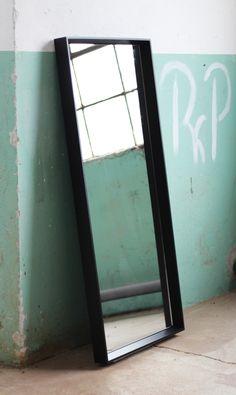 Masywne drewniane lustro w duchu VINTAGE. Głęboka rama frezowana w grubości tworzy piękne tło dla tafli lustra. Duże gabaryty pozwalają na ustawienie go pod ścianą lub zawieszenie w dowolnym miejscu, salonie, sypialni lub hallu. Wykonane ręcznie z litego drewna, piękne! Perfekcyjne wykończenie i...