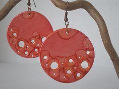 boucles d'oreilles disques perforés rouge orangé : Boucles d'oreille par lolitoi-fimo