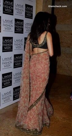 Shraddha Kapoor in Sabyasachi Sari at LFW Winter-Festive 2013 Saree Blouse Patterns, Sari Blouse Designs, Sari Design, Saree Floral, Saree Models, Stylish Sarees, Saree Look, Elegant Saree, Indian Designer Outfits