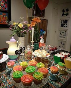 Completamente 'in love' pelo Chá de Bebê Frida Kahlo que a querida da Eloina produziu! Cada detalhe foi pensado e montado por ela. 💕 . Obrigada por compartilhar esse momento tão especial, Eloina! Amei demais!!! 😍 . Cupcakes coloridos de brigadeiro com recheio de beijinho by Oui Cupcakes! 🍰😋🎈 ... #OuiCupcakes #Brasília #cupcakesbrasilia #cupcakes #encomendas #minicupcakes #festafridakahlo #fridakahlo #fridakahloparty #chadebebe #babyshower #festasbrasilia #cupcakeslovers #docesbrasilia…