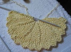 Last week I promised you the pattern for a knitted round dishcloth for this week. Last week I promised you the pattern for a knitted round dishcloth for this weeks Stash Buster Thursday. Knitted Dishcloth Patterns Free, Knitted Washcloths, Crochet Dishcloths, Knit Or Crochet, Knitting Patterns Free, Free Knitting, Crochet Patterns, Knitted Bags, Knitting Short Rows