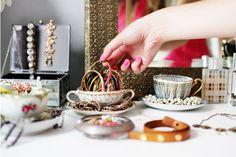 adorables tacitas de te para organizar bijouterie sobre la comoda