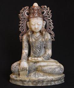 Antieke gekroonde Boeddha uit Birma, gemaakt van Marmer. Bhumisparsha Mudra