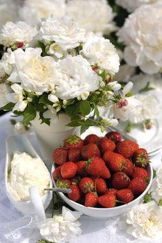 Torbjorn Skogedal - rose_flower_bouquet_and-strawberries_106261907.JPG