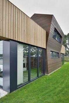 Het huis is opgebouwd uit een dampopen houtskeletbouw systeem. Build My Own House, Garage Doors, Villa, Building, Outdoor Decor, Modern, Home Decor, Houses, Ideas