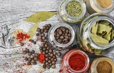 Which spices go well together? Which herbs taste best with which ingredients? Here, you'll find a flavor pairing guide to help you get creative in the kitchen and create delicious dishes, including unusual and international spices. Whole Foods, Whole Food Recipes, Blog Bio, Les Croquettes, Yummy Snacks, Yummy Taco, Tasty Dishes, Superfood, Natural Remedies